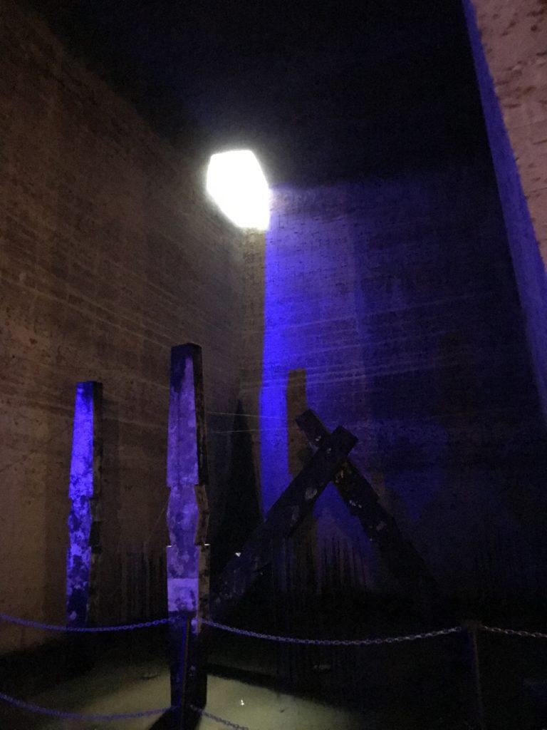 大谷資料館の地下空間。地上からの光。