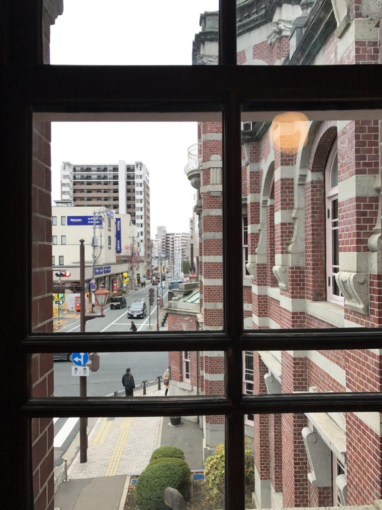 岩手銀行赤レンガ館2階から外を眺める