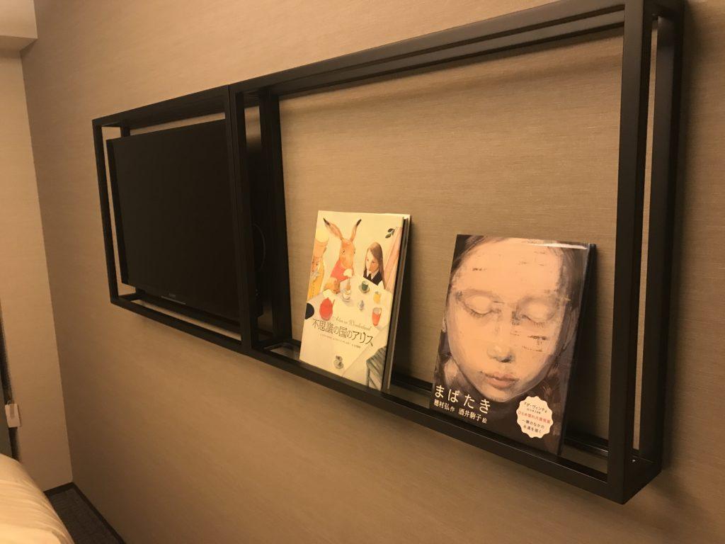 ランプライトブックスホテルの部屋にある本