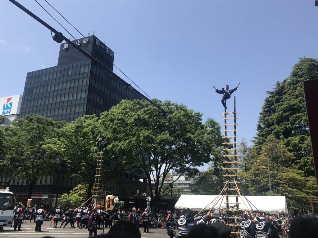 仙台青葉まつりの仙台市消防伝統梯子乗り